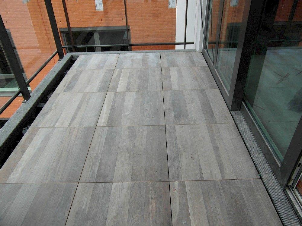 Volkeramische terrastegels met houtprint luc de pauw uw decoratiespecialist verkoop en - Houten terras en tegels ...
